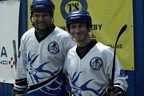 S ÚSMĚVEM na tváři se všechno dělá lépe. Obránce Daniel Urban (vlevo) vymění rukavice a hokejku za letenku a poletí poznávat Skotsko.