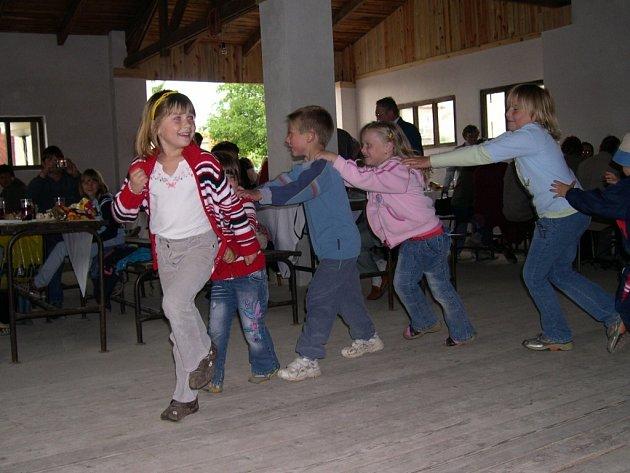 Úkolu roztancovat sál se ujaly děti.