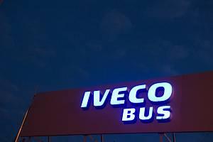 Logo společnosti Iveco v továrně ve Vysokém Mýtě.