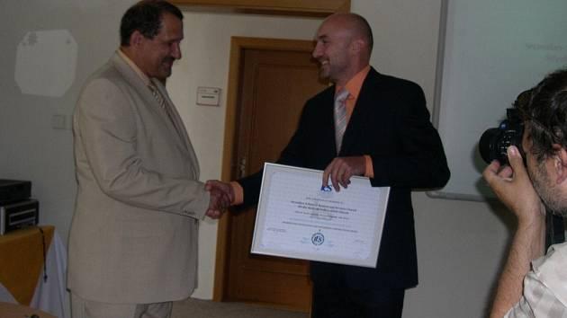 Ředitel Jaromír Doležal (vlevo) právě přebírá certifikát z rukou Milana Seiferta.