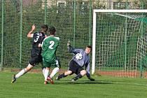 ČERMENSKÝ gólman Adam Juda sleduje míč po zakončení kunvaldského kapitána Rouse (číslo 3). Podzimní duel skončil výsledkem 2:2, na pokutové kopy zvítězili domácí 3:1.
