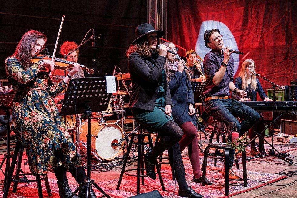 Hudba pomáhá - kapela Parkoviště pro velbloudy.