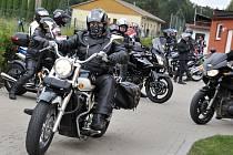 Spanilá jízda účastníků motosrazu v Lukové.