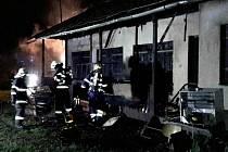 Při požáru chaty v Lanškrouně hasiče ohrožovaly tlakové láhve
