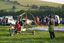 Ve dvou se to lépe táhne! Na sletu paraglidistů byla v Červeném Potoce k vidění také dvojmístná  motorová tříkolka.