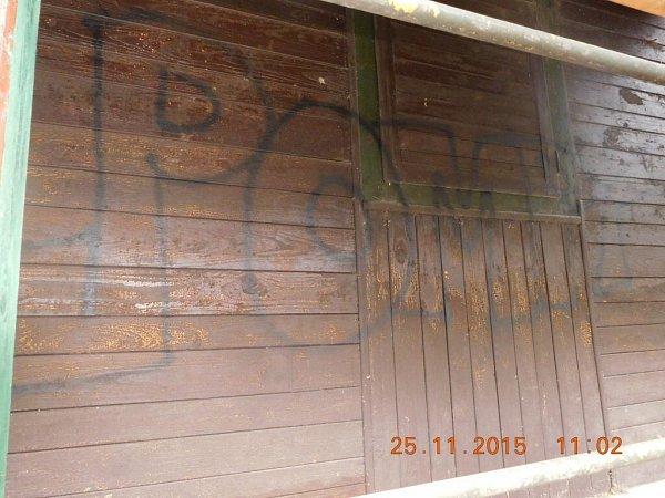 Objekty poškozené na Lanškrounsku sprejery.