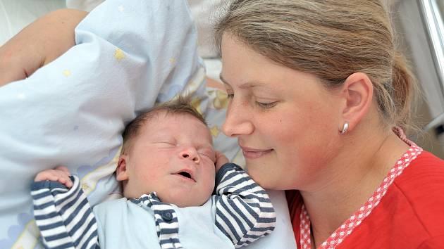 Adam Škopek bude doma s rodiči Lucií a Miroslavem a sestřičkou Barčou na Žampachu. Když se 21. května v 20.26 hodin narodil, vážil 3,9 kilogramu.