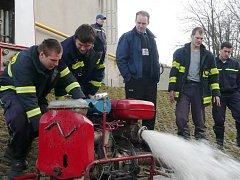"""Ústečtí hasiči mají mezi sebou i """"železného hasiče"""" Lukáše Nováka (druhý zprava)."""