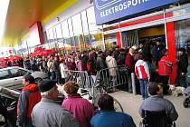 Nové nákupní centrum, které rozšířilo už tak poměrně velký areál supermarketů u výpadovky z Ústí nad Orlicí na Letohrad, bylo otevřeno. Už ráno se hlavně u prodejny elektroniky vytvořila jen těžko přehlédnutelná fronta.