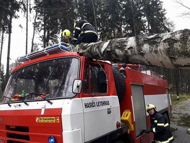 Strom poškodil Tatru letohradských hasičů.