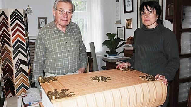 UMĚLECKÝ KNIHAŘ Jiří Fogl se svojí dcerou Pavlínou Rambovou prohlížejí výsledek své práce. Je to největší a nejtěžší kniha, kterou v životě vázali.