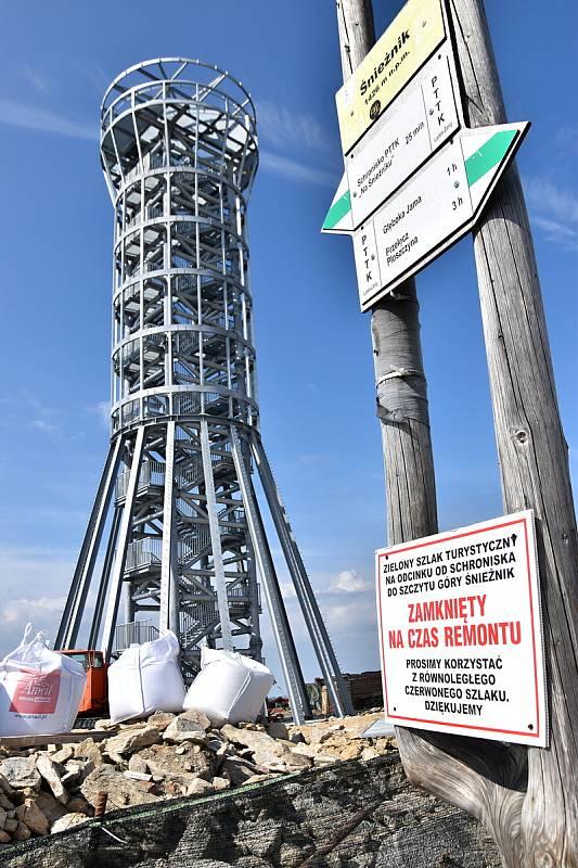 Na polské straně Kralického Sněžníku stojí nová rozhledna. Ještě není otevřená, ale vidět je zdaleka a reakce turistů jsou většinou negativní.