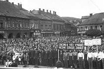1. máj roku 1949. Českotřebovské Staré náměstí zaplněné davy pracujících. Lidí, že by jablko nepropadlo.