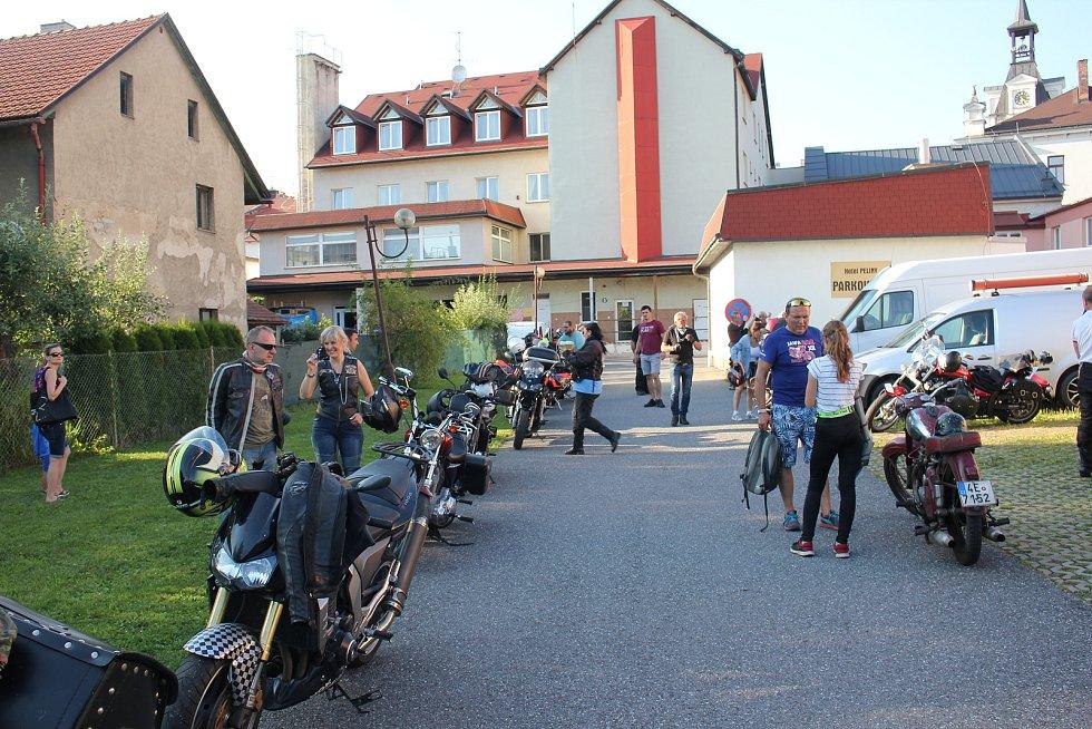 Motorkáři se sešli v Chocni. Společně pak projeli Orlicko.