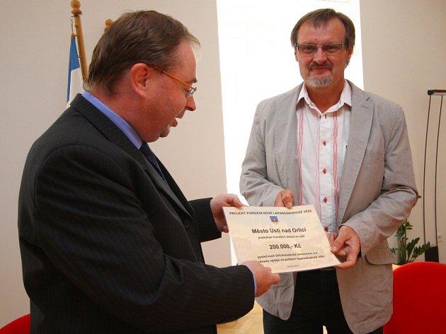 Ústecký starosta Petr Hájek předal řediteli Orlickoústecké nemocnice Jiřímu Řezníčkovi šek s příspěvkem na laparoskopickou věž.