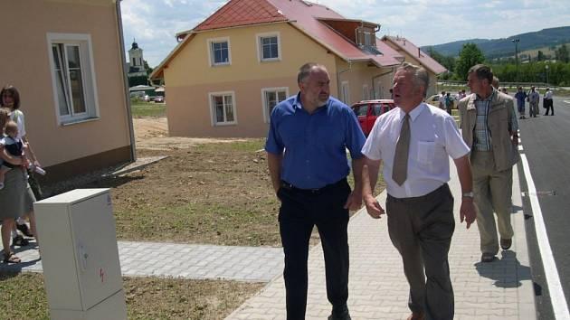 Krajský radní Petr Šilar (vlevo)  a starosta František Šalda při prohlídce sídliště.