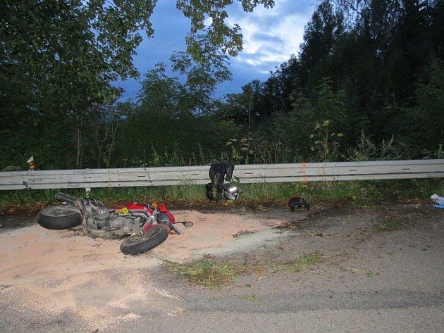 VJablonném nad Orlicí havaroval motorkář a vážně se zranil.