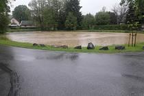 Vydatný déšť zaměstnal v úterý odpoledne hasiče. V Pomezí u Poličky došlo k zatopení několika domů. Hasiči nasadili k odčerpání vody plovoucí čerpadlo. Další záležitosti řešili i na Orlickoústecku.