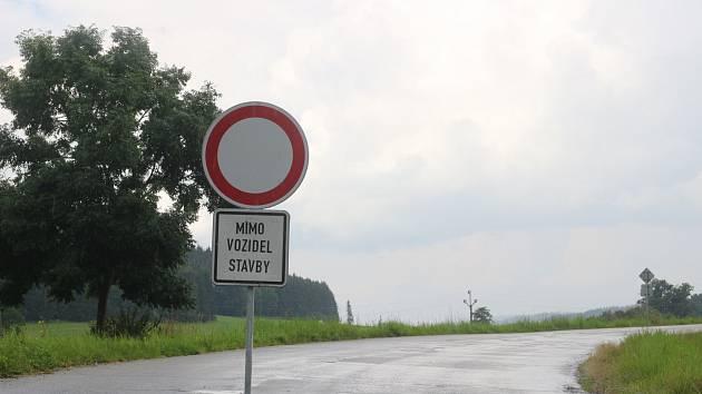 Chaos v autobusové dopravě přineslo v pondělí 2. srpna uzavření silnice ve Skrovnici na Orlicku. Úsek od křižovatky se silnicí směr Seč po Lhoty u Potštejna bude neprůjezdný do 19. září.