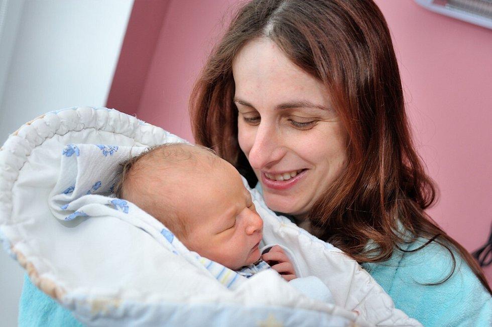 Patrik Maixner těší od 28. března od 23.23 hodin rodiče Annu a Petra i brášku Matýska z Písečné. Chlapeček vážil 3,30 kg.