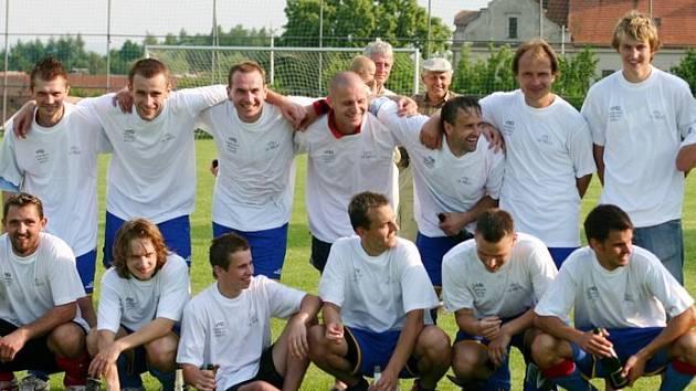 Fotbalisté Sloupnice po zápasu s Kerharticemi oslavovali vítězství v okresníjm přeboru II. třídy mužů a postup do krajské I. B třídy, v níž si zahrají příští sezonu.