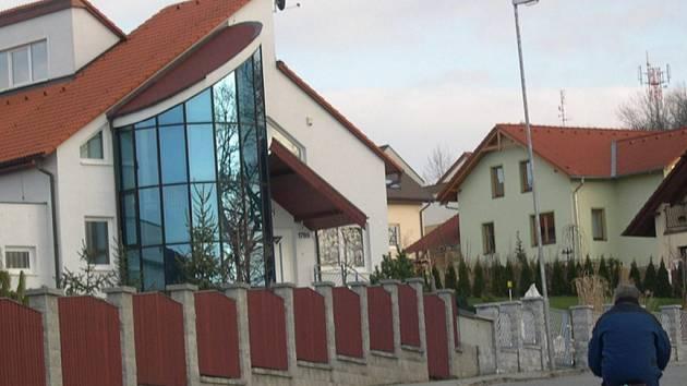 Po období výstavby na Tocháčkově kopci (na snímku) se staveniště rodinných domů přesune do Vostelčic.