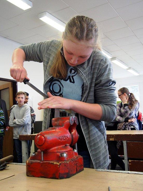 Na TECHNOhrátkách vLanškrouně žáci vyráběli lžíci na boty a oživovali roboty.