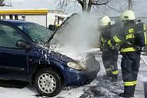 V Mýtě u benzinky hořelo auto na plyn.