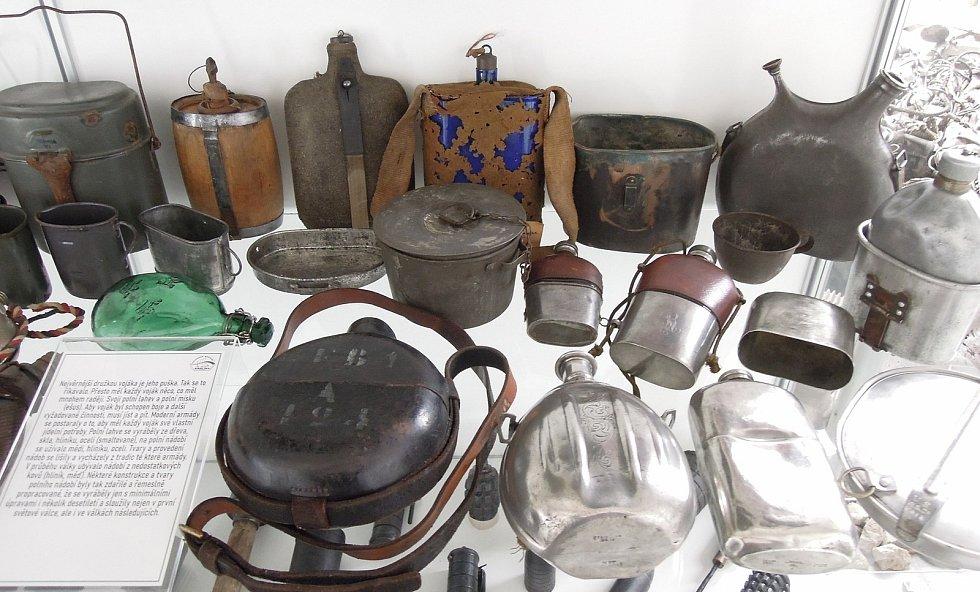 A z čeho vlastně jedli? Několik nejstarších polních lahví a jídelních misek z expozice muzea. Zdroj: Vojenské muzeum Králíky