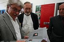 O uspořádání výstavy se mj. zasloužili členové Obce architektů (zleva) Aleš Fuchs a Jan Melichar i Miloš Sedláček z pořadatelského KPU.