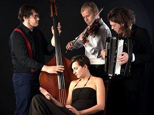 Závěrečný koncert jarní sezony v mýtské galerii nazvané Procházka staletími bude ve čtvrtek patřit pardubickému Chanson Trio Coucou  (na snímku).
