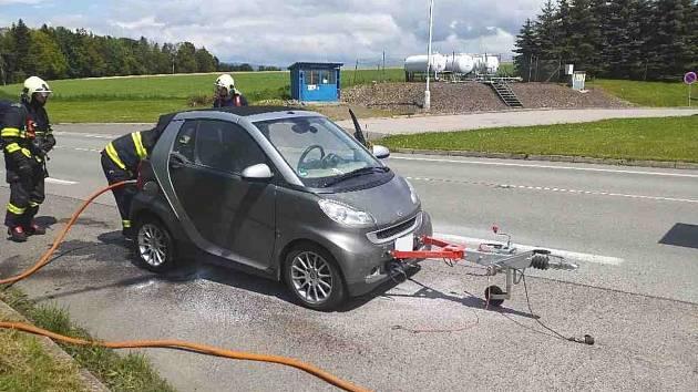 Malé osobní vozidlo SMART měl řidič upevněné za obytným autem a táhl ho za sebou. Během návratu z kempování však začalo hořet.