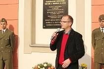 Hejtman Martin Netolický při odhalování pamětní desky v Zámrsku.