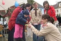Do kasičky v rukou Petry Kunstové přispěla i dvouletá Zuzka Macková.