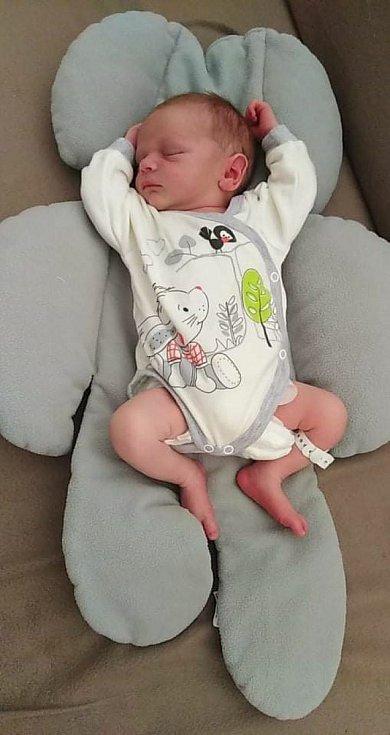 MATĚJ PAVLÍČEK se narodil 3. července ve 13:33 hodin. Vážil 3210 g a měřil 47 cm. Radost dělá Daně Plocové a Petru Pavlíčkovi z Chocně.