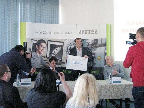 Firma Rieter CZ podpořila částkou 100tisíc korun projekt Orlickoústecké nemocnice - jícnová echokardiografie.