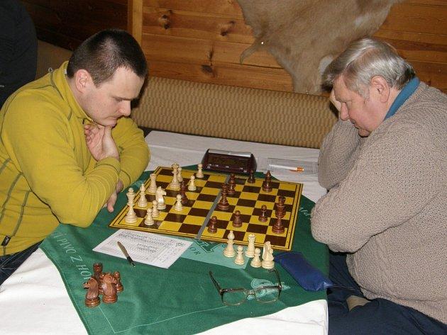 Jaroslav Volf, matador sestavy ústeckých šachistu, mel v partii proti Zdenku Šimkovi (vlevo) lepší pozici, nedokázal ji však využít a nakonec z toho byla remíza.