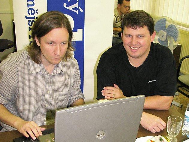 Děkan Vladislav Brokeš (vpravo) s webeditorem Davidem Chládkem při online rozhovoru v Orlickém deníku.