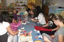 Vyrábění srdíček pro maminky nedonošených dětí v ústeckém mateřském centru Medvídek.