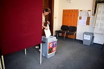 """V Brandýse nad Orlicí se volby do Evropského parlamentu sešly s termínem pouti, volební místnost sídlila tradičně v budově městského úřadu. """"Lidé jsou tak zvyklí, jedna volební místnost nám tu stačí,"""" shodly se s úsměvem členky pětičlenné volební komise."""