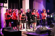 Prkna vysokomýtského amfiteátru v úterý 13. července hostila benefiční koncert, jehož výtěžek směřoval do obcí, které zasáhlo tornádo.