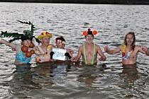 Otužilci z Lanškrouna ve vodě Dlouhého rybníka.