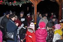 Rozsvícení vánočního stromu a zpívání koled v Lukavici.
