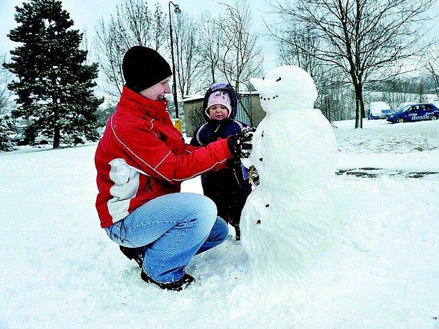 Stavění sněhuláků děti baví.