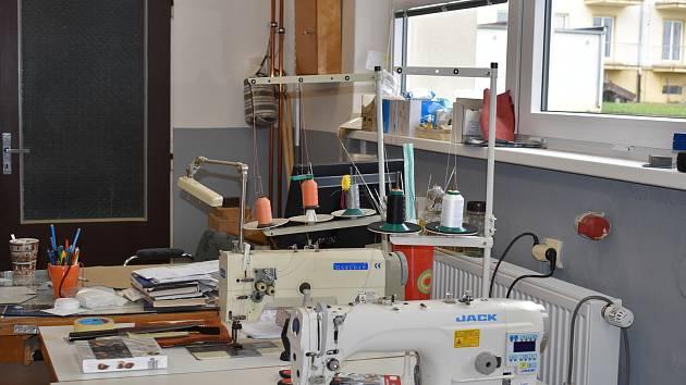 Škola zakoupila také nový šicí stroj