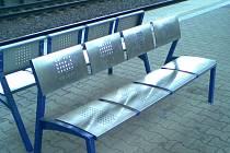 Nové vybavení železniční stanice v Chocni ne všem cestujícím vyhovuje.