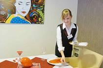 Žákyně žamberské školy Andrea Veselá se při praxi v ústeckém hotelu učí i připravovat slavnostní tabule.