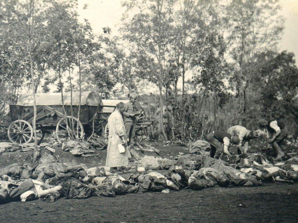 1917. Složené oběti dovezené z linie. Hledání a zapisování legitimací a jiných ještě nalezených věcí u mrtvol.