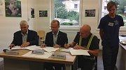 Slavnostní podpis memoranda o spolupráci ve firmě Isolit-Bravo.