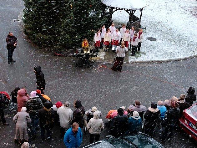 Rozsvícení vánočního stromu vDomově důchodců vÚstí nad Orlicí.